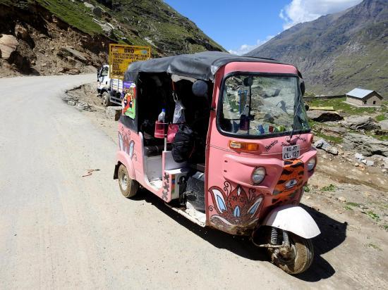 L'un des tuk-tuks participant au raid de traversée de l'Himalaya indien