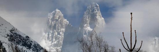 Vision éthérée des Drus et de la Verte en hiver