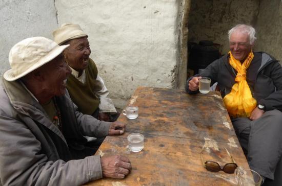 A Lo Monthang, il y a de multiples occasions de partager un moment avec les locaux (on n'oublie pas le rakshi !) - photo O.Semmezies