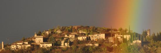 Un arc-en-ciel au-dessus du vieux village de Mirabel
