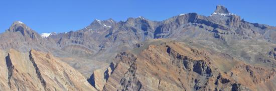 La chaîne de la Zangskar Range vue depuis la montée au Tarti La en partant de Nyerak (Ladakh - Inde)