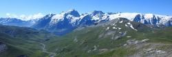 Sur le plateau d'Emparis, le massif de la Meije est omniprésent...