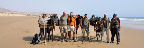 Arrivée sur la plage de Taghazout (Hussein, Pierre, Jean-Marc, Hussein, Mohamed et Jacques)