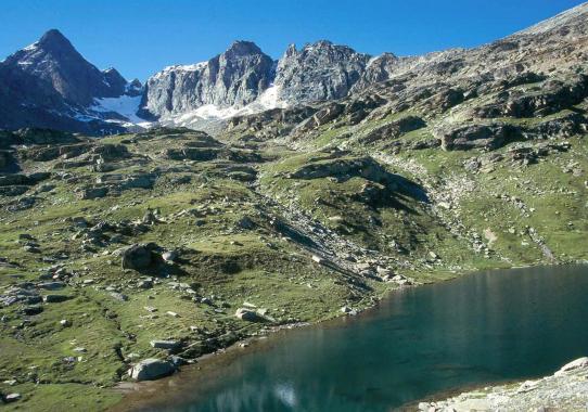 L'un des deux lacs du Carro avec la Levanna centrale à l'horizon