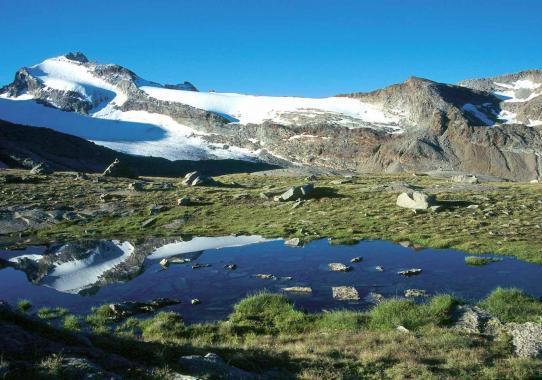 A l'approche du refuge du Carro, vue arrière sur le col du Trièves (que l'on franchit à la toute fin de la route d'altitude qui passe par le col de Grand-Méan)
