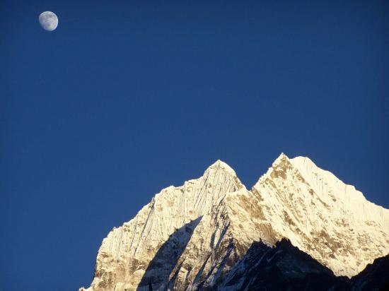 Lever de lune sur le Thamserku
