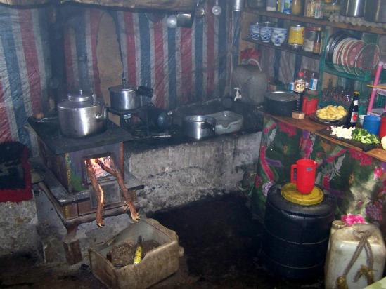 Cuisine du dernier lodge côté Khumbu à Tengpo