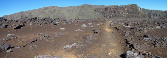 La Plaine des Sables, au loin le rempart des Basaltes