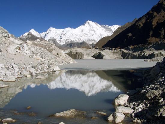 Dragnag : le Cho Oyu se reflète dans un lac glaciaire