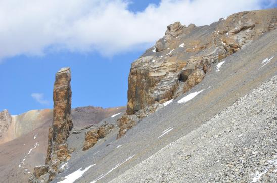 Le fameux monolithe dans la descente du Teri La