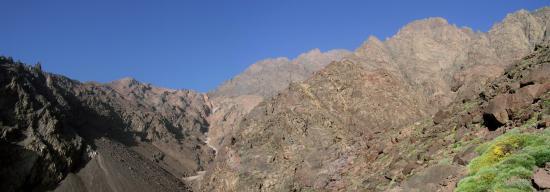 Muraille E de l'Afekhoï, au fond à gauche le Djbel Toubkal