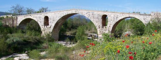 Le Pont Julien entre Apt et Bonnieux