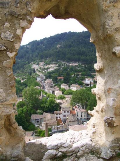 Le village de Fontaine-de-Vaucluse vu depuis le château-fort