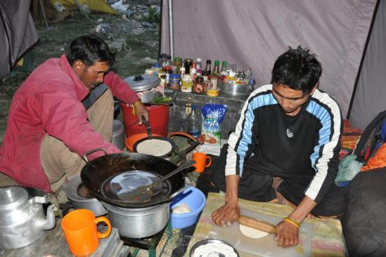 Une repas impeccable s'initie dans une cuisine très bien rangée : le lieu de travail d'Angshuk est un modèle du genre...