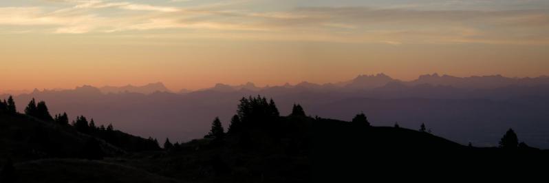 Lever de soleil sur les Alpes depuis les Balcons du Léman (Jura)