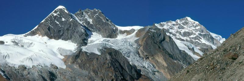 Cirque de montagnes au milieu duquel se trouve la source de la Bungre khola