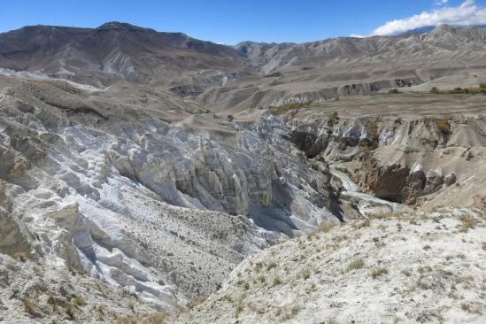 Dans les concretions au pied de la montagne blanche (Sakau danda)