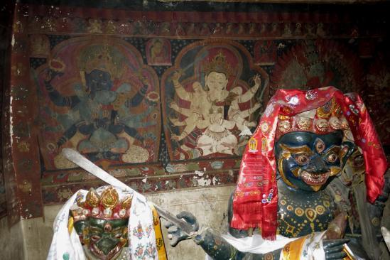Les statues dans l'arrière salle de Chudzong gompa