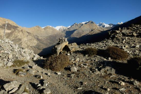 Au Makar La, un dernier regard sur les montagnes du Damodar himal.