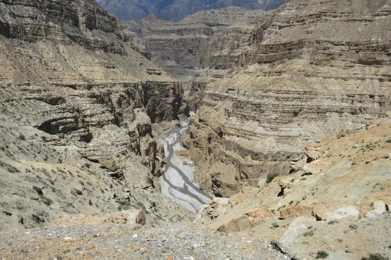 Vue plongeante sur le sillon creusé par la Kali Gandaki
