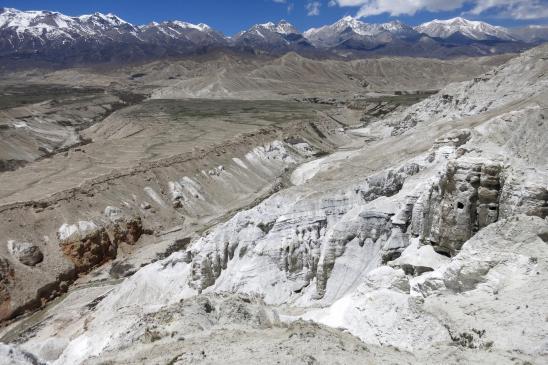 Sur le sentier de la montagne blanche (Sakau danda)
