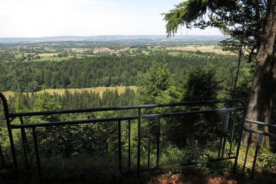 Depuis le Belvédère des Mouflons, on domine les plateaux agraires du Jura