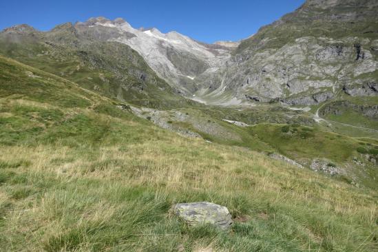 Le massif du Vignemale s'affiche au fond de la vallée des Oulettes d'Ossoue