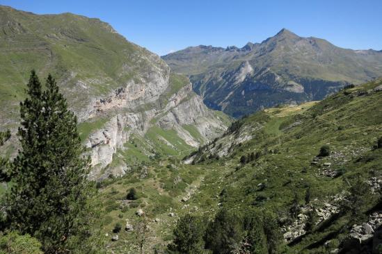 A l'approche de Gavarnie avec le sommet du Piméné à l'horizon