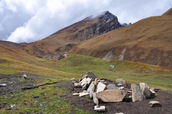 Le mur de manis sous le Jang La, début du sentier de la descente directe sur Dunaï