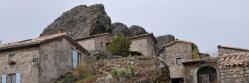 Le village d'Ajoux blotti au pied de son dyke