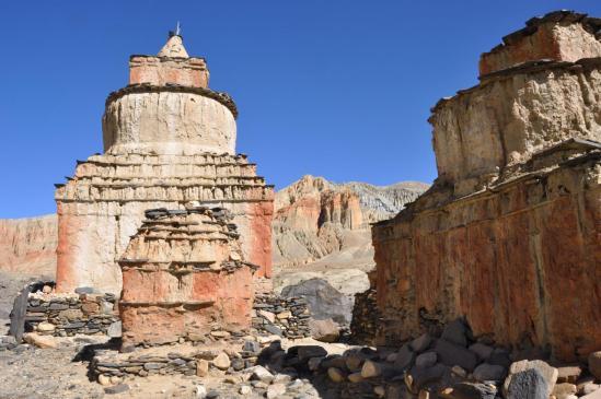 Au milieu des chortens de Ghemi au pied du Chinggel La