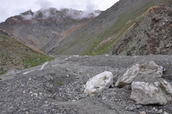 Les rochers blancs du couloir d'avalanche en RG de la Phuktal Chu