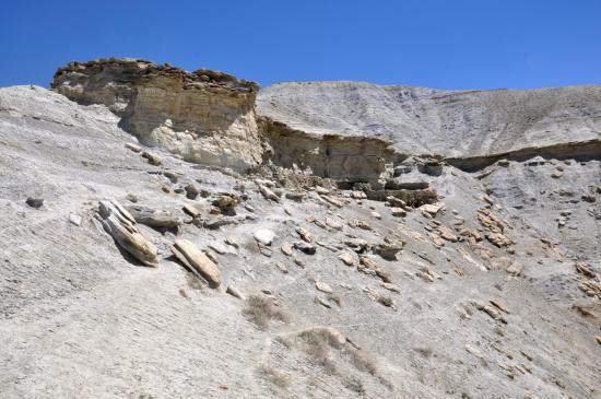 On passe sous la bergerie sur la crête avant de contourner la falaise au-dessus de la Kali Gandaki