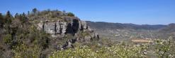 Le rocher du château de Saint-Alban vu depuis le col de Linte