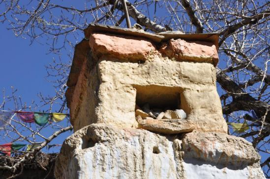 Détail d'un chorten habité de tsatsas à Ghemi