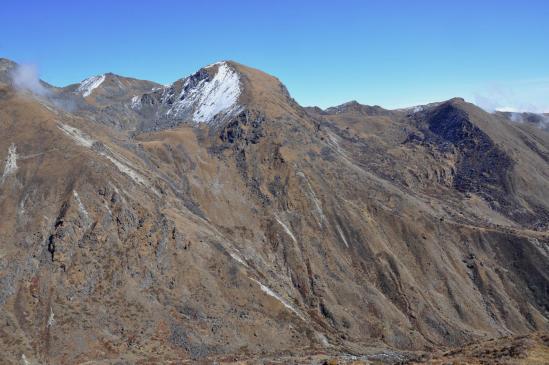 Comment on évite la descente de la Basa khola (sentier en plein milieu de la photo)