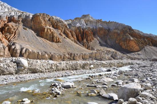 Sur le chemin de Makhchung le long de la Kali Gandaki