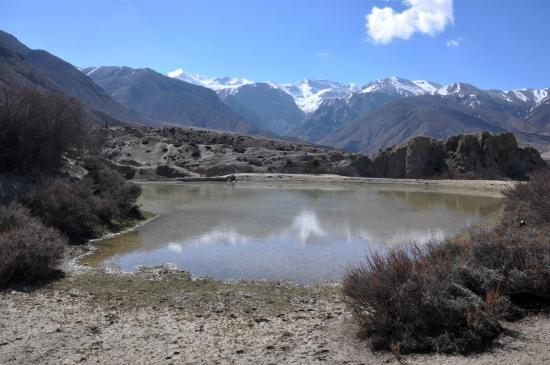 La retenue d'eau de Khete avec les montagnes du Damodar à l'horizon
