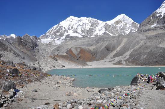 Le lac sacré de Dudh Kund (le Numbur et le Khatang sont au fond)