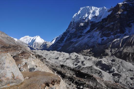 A Lhonak, la voie royale du Kangchenjunga glacier qui conduit aux Kirant et Nepal peaks