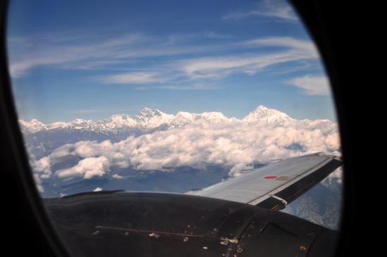 Sagarmatha, Lhotse, Baruntse et Makalu vus à travers le hublot de l'avion de Bhadrapur