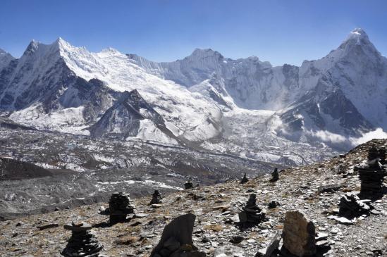 La montée au Chukhung Ri dévoile la grandeur du cirque glaciaire de l'Ombigachan et de l'Ama Dablam réunis