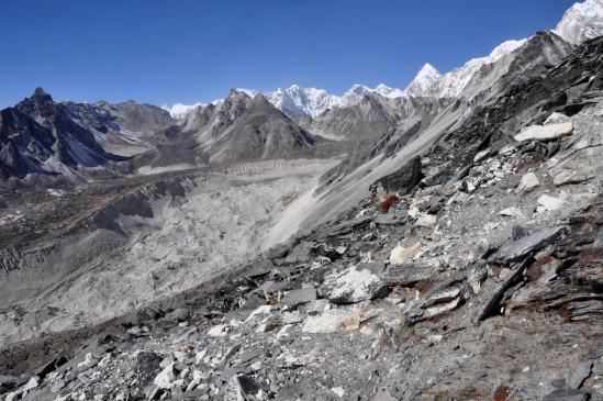 Depuis le sommet du Chukhung Ri, on domine le Nuptse glacier (noter sur la G le col du Kongma La)