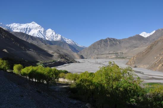 Depuis Kagbeni, vue sur la vallée de la Kali Gandaki et les Nilgiri à l'horizon