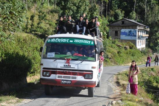 Le Tata-bus Kathmandou express qui assure la liaison quotidienne de Lamabagar à la capitale (juste 8h de route à supporter...)