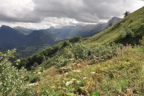 Vue arrière sur le balcon E (le Mont-Aiguille au fond)