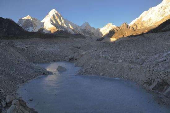 Traversée du Khumbu glacier au soleil couchant. Vite, vite...!
