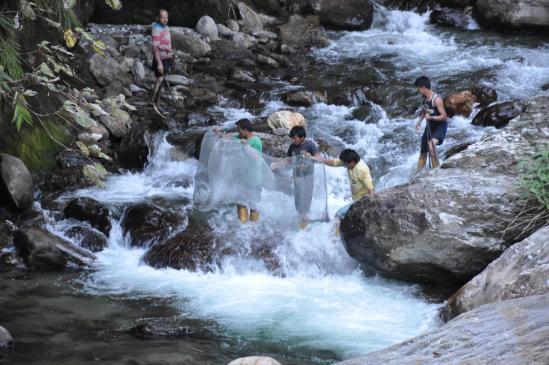 Séance de pêche dans la Phawa khola