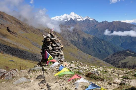De la crête du Bharbhare Lagna, vue lointaine sur la chaîne du Kagmara Lek