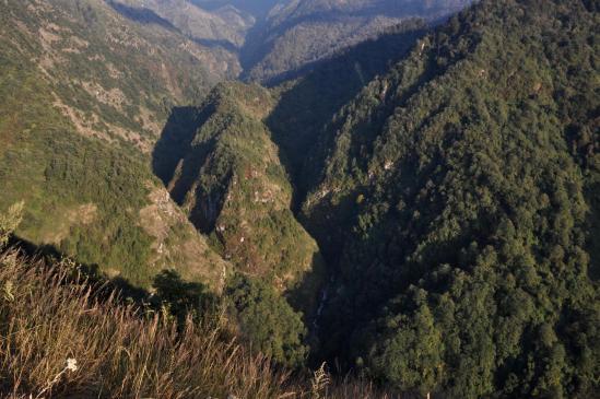 Au-dessus de la vallée de la Ghunsa khola à l'approche d'Amjilosa